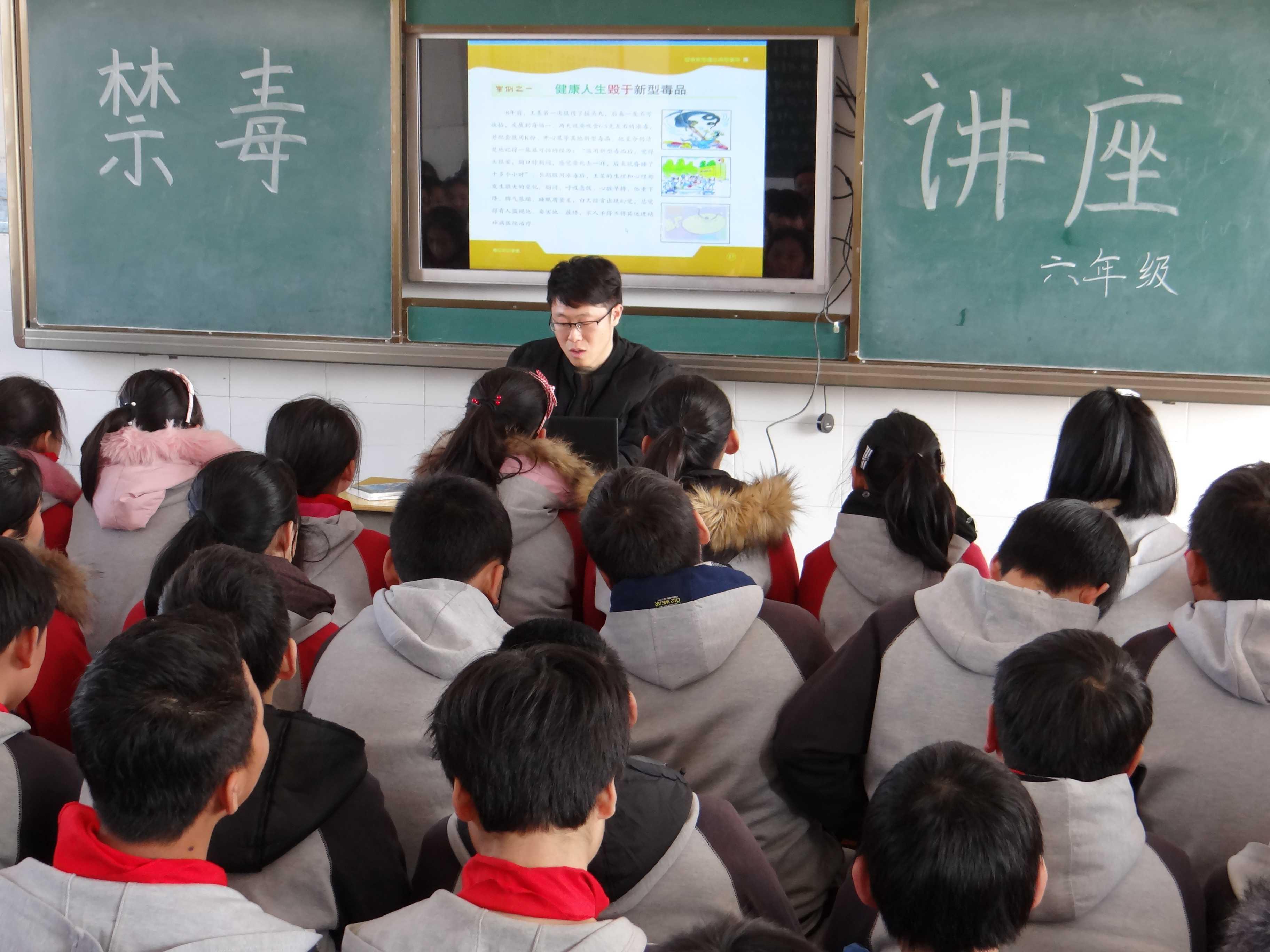 """塘桥镇反思""""法治第一课""""进校园活动玛依拉教学开展图片"""